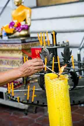 Una persona ofreciendo incienso en uno de los templos.