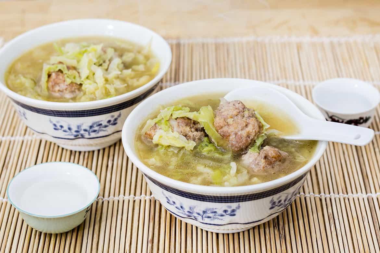 Sopa china de col y albóndigas