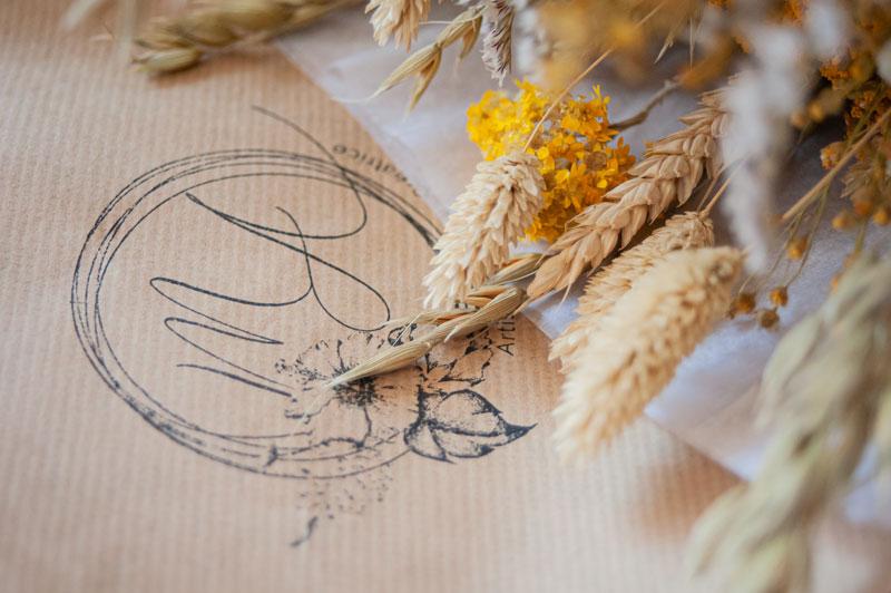 Bouquet de fleurs séchées avec le tampon du logo