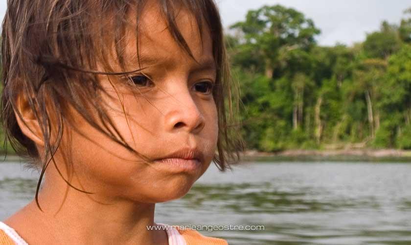 Guyane, fillette amérindienne sur le fleuve Oyapock © Marie-Ange Ostré