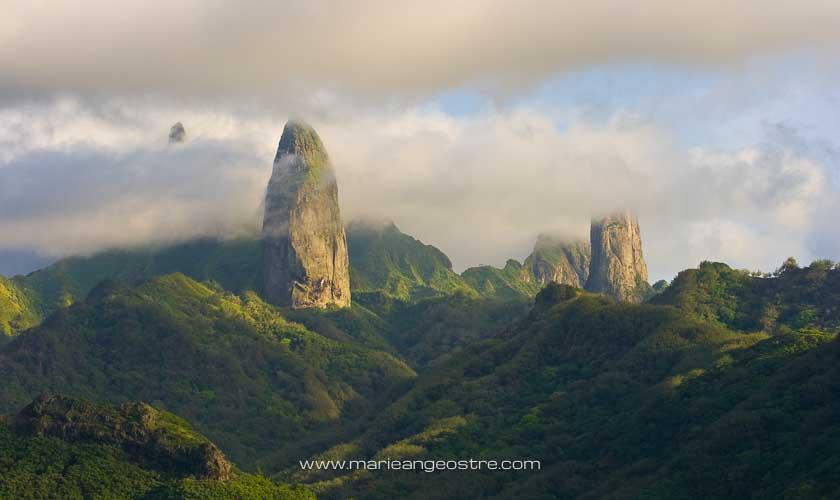 Les pics sur l'île d'Ua Pou aux Marquises