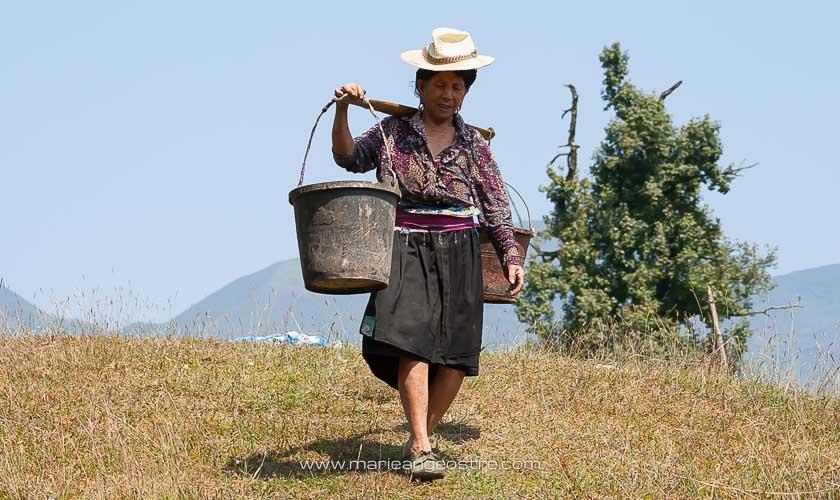 Chine, femme Yao dans les rizières en terrasses de Longji, province du Guangxi © Marie-Ange Ostré