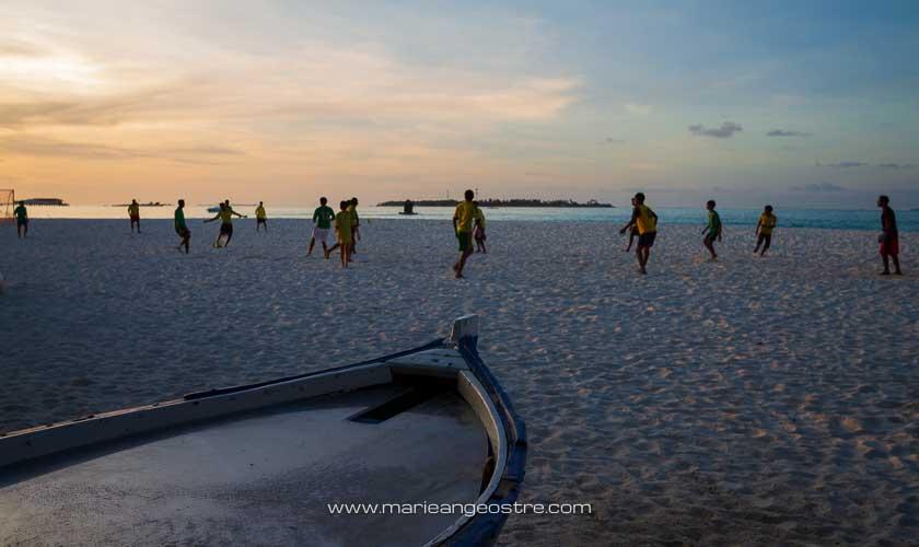 Maldives, hôtel Angsana Velavaru, football sur plage © Marie-Ange Ostré