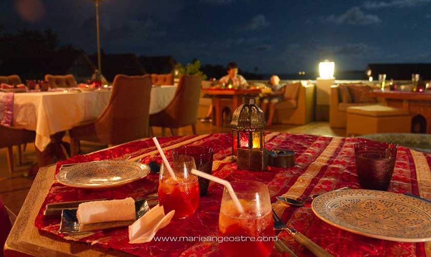 Maldives, Four Seasons Landaa Giraavaru, restaurant oriental en terrasse © Marie-Ange Ostré