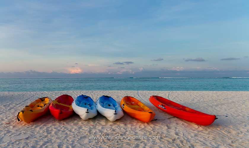 Maldives, hôtel Angsana Velavaru, kayaks sur plage © Marie-Ange Ostré