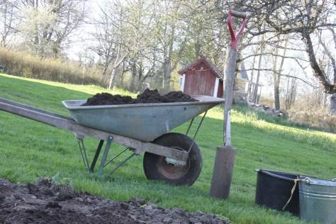 Skottkärra och spade vid litet land