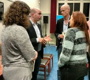 Annette Akkermans en ondergetekende in gesprek met uitgever Maurice van Dijk en winnaar Gert-Jan van der Bemd