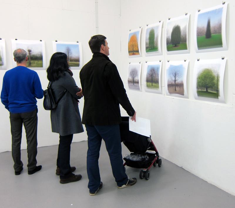 Bezoekers expositie Montage bekijken foto's Alfred Marseille