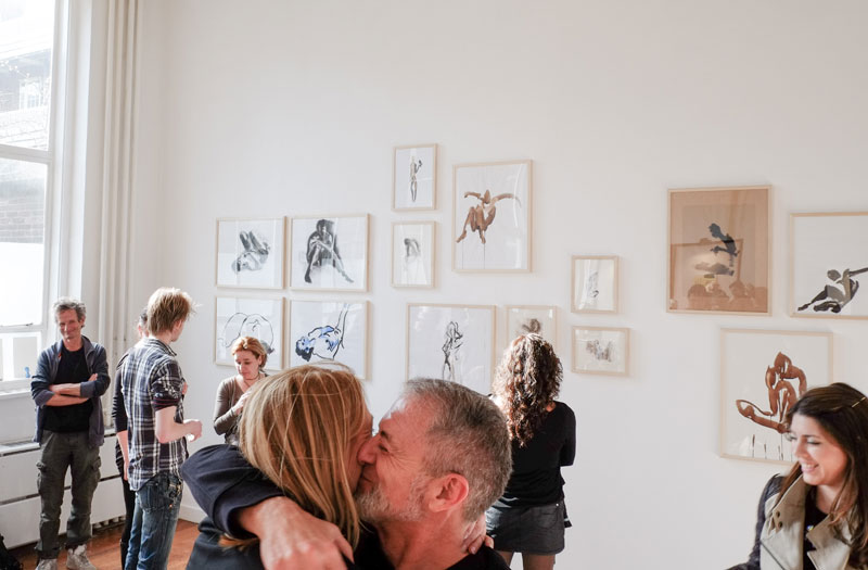 Bezoekers expositie tekeningen in Galerie Lokaal WV15