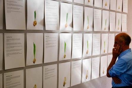 Bezoeker bekijkt expositie Late Lente