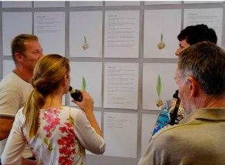 Bezoekers bekijken expositie Late Lente