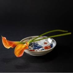 Stilleven chinees porselein; schoteltje met bloemen
