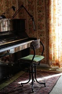 Historisch interieur; piano inclusief bijzonder krukje