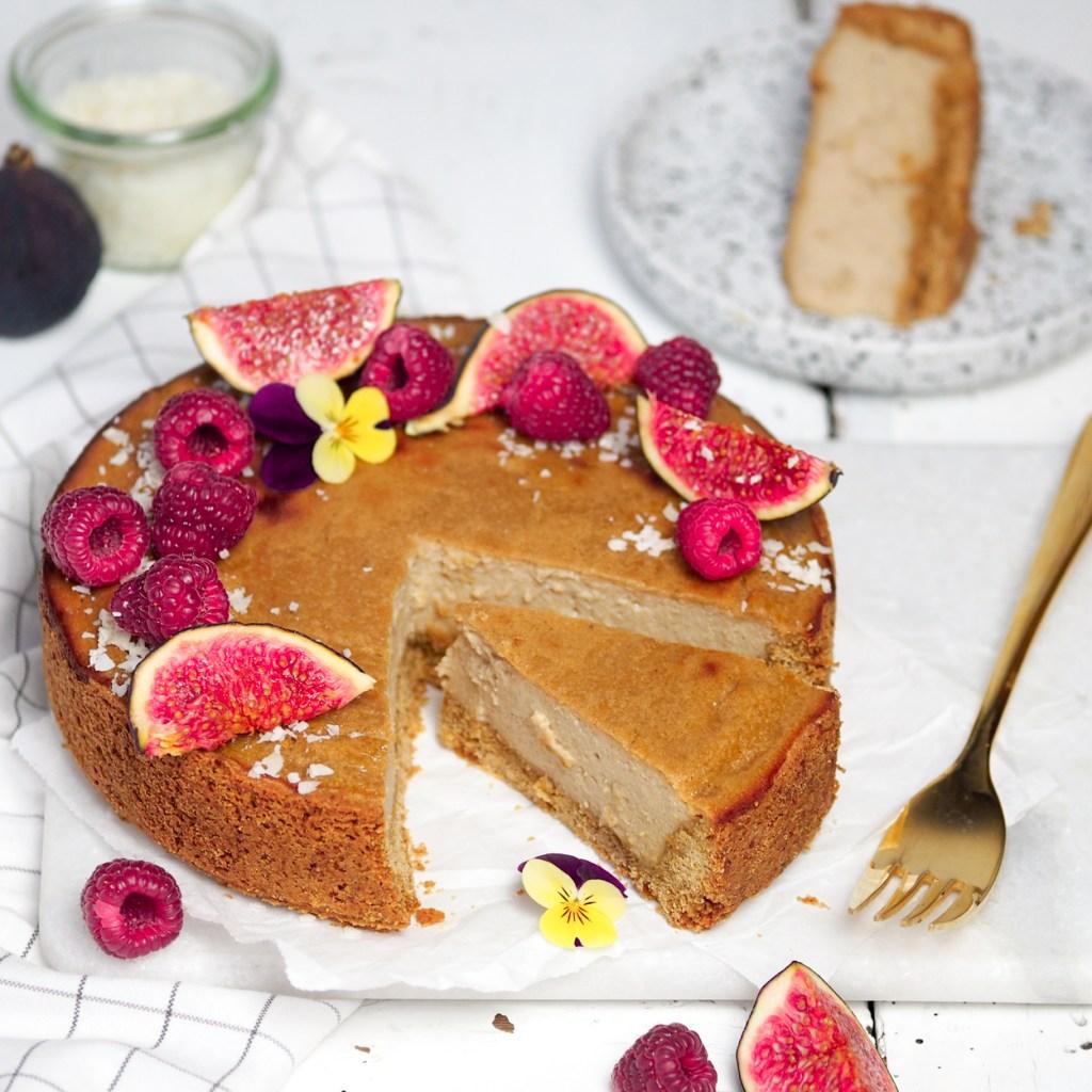 Wunderbar saftiger veganer Käsekuchen, der auch Nicht Veganer begeistert! Perfekt, wenn man mal keinen aufwändigen Kuchen backen möchte, der aber trotzdem überzeugt! Der Kuchen ist mit Seidentofu und veganem Quark gemacht