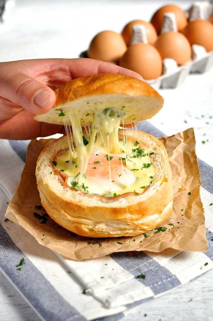 Ζαμπόν, αυγό και τυρί σε ψωμένιο μπολ