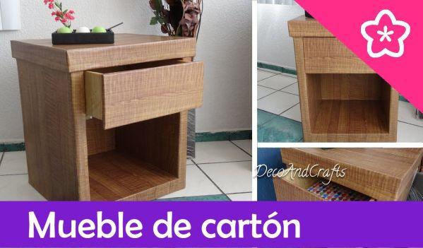 Mueble de cartón con apariencia de madera