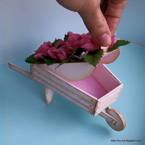 carretilla de flores con carton o cartulina