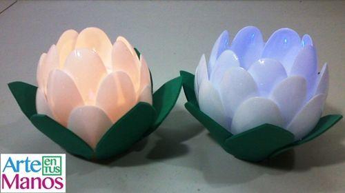 Flor porta velas hecha de materiales reciclados