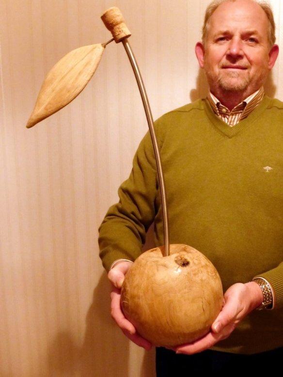 Die Holzskulptur in Form einer Kirsche ist im Bildhauerkurs entstanden.