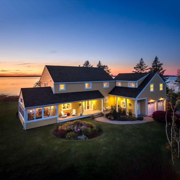 Fotografía aérea al atardecer de casa en New Brunswick para la venta, Canadá.