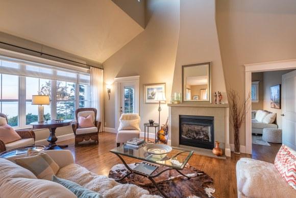 Sala con chimenea en casa para la venta en New Brunswick, Canadá