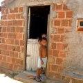 enfants devant une porte à Mandacaru Nordeste