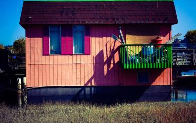 photo of a colourful house in sausalito