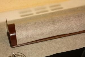 papier cuisson sur la gouttière à bûche pour former une cage en caramel