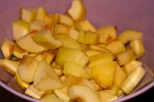 Pommes et poires crus coupés en cubes