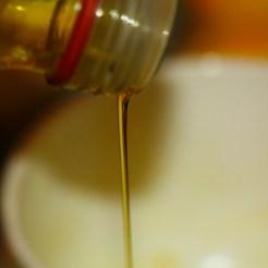 huile d'olive versée dans l'appareil à biscuit