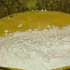 préparation d'un gâteau aux zestes de citron