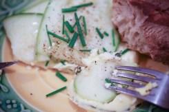 plat aux courgettes avec un morceau de pain