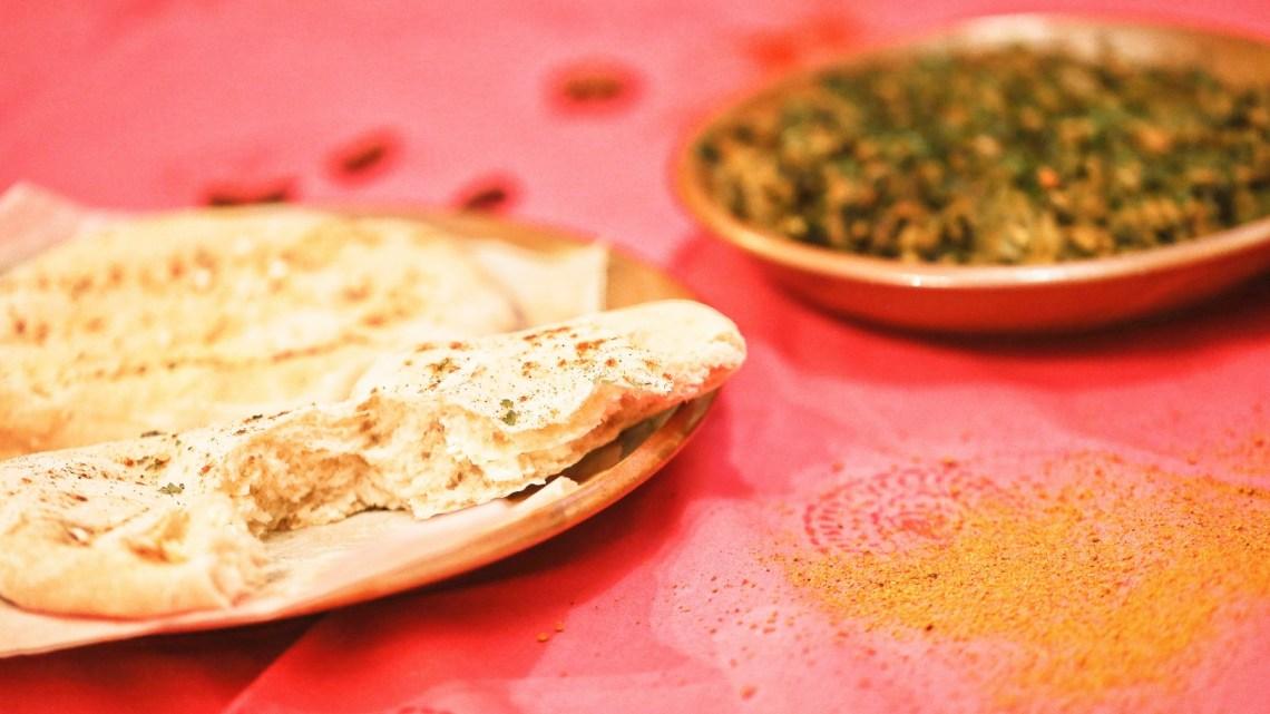 Curry végétarien et naans (pains indiens) au fromage