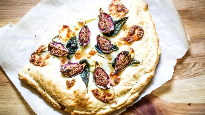 Focaccia garnie aux figues blanches, jambon cru et mozzarella