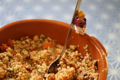 photo d'un taboulé au thon avec un lego qui tient une cuillère