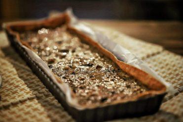 photo d'une tarte aux champignons, noisettes et roquefort
