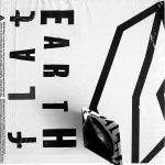 verbal-no.27-flatearth-papieren-bootje-op-plastic-tas