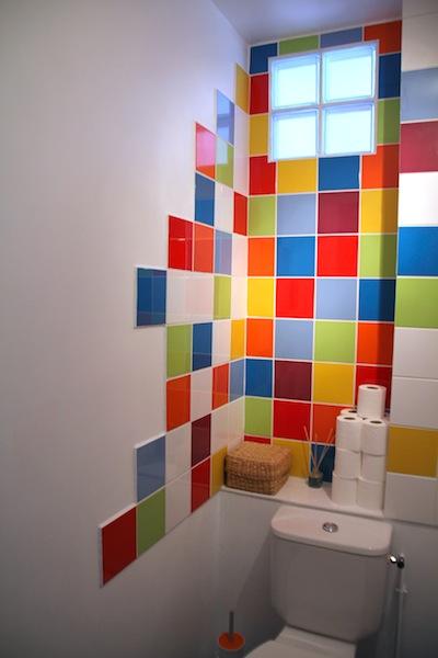 Les toilettes color es des pin 39 s le blog de marjoliemaman - Faience salle de bain coloree ...