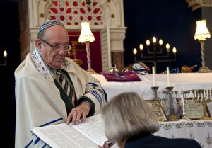 ken_fabian_liason_officer_jewish_synagogue_bowland_st_september_12_2010__sharing_his_knowledge_sm.jpg
