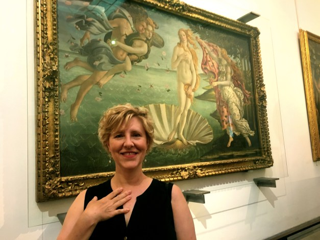 Laura in front of Botticelli's Birth of Venus in the Uffizi