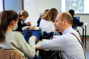 Arnaud Markert à l'écoute d'une élève