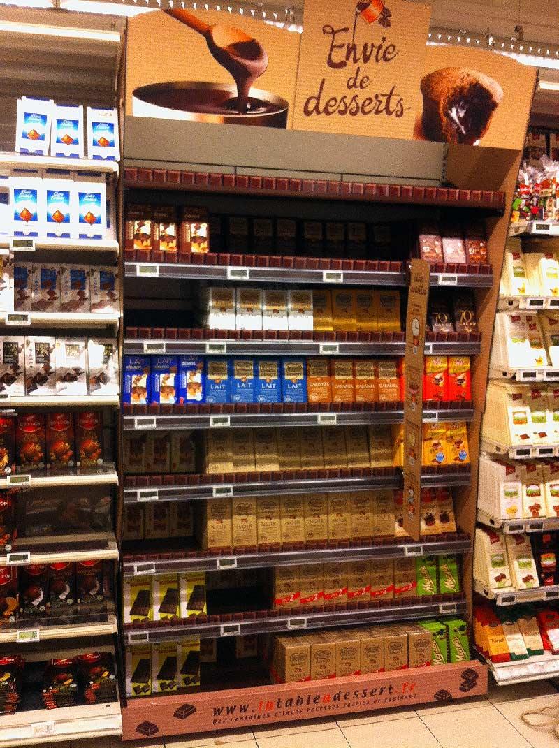 Pour l'habillement des linéaires de Chocolat pâtissier en tablette, Sitour et Nestlé ont mis en place une PLV aux allures de tablettes avec du contenu