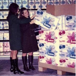 Lotus introduit le papier toilette jetable en France en 1966.