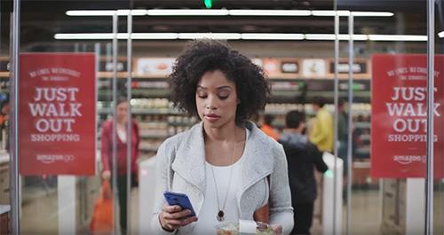 La technologie mise au point par AmazonGo permet aux clients de faire ses achats sans sortir son portemonnaie ni son portable.