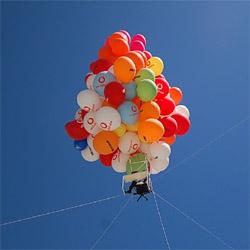 Centenares de globos elevan una oficina de Vodafone hasta las nubes