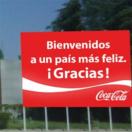 """Coca-Cola recibe a """"la Roja"""" con una lona de 42 metros en el aeropuerto de Barajas"""
