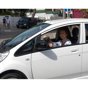 La Reina Sofía promociona el Peugeot iOn por Palma