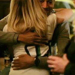 """Heineken celebra su millón de fans en Facebook con abrazos """"reales"""""""