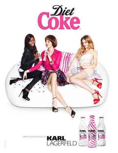 Karl Lagerfeld viste de rosa las botellas de Coca Cola Light