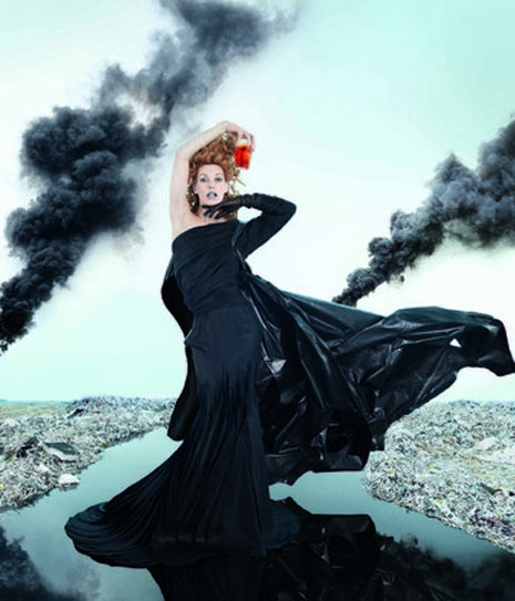 Milla Jovovich sobrevive al fin del mundo en el calendario Campari 2012